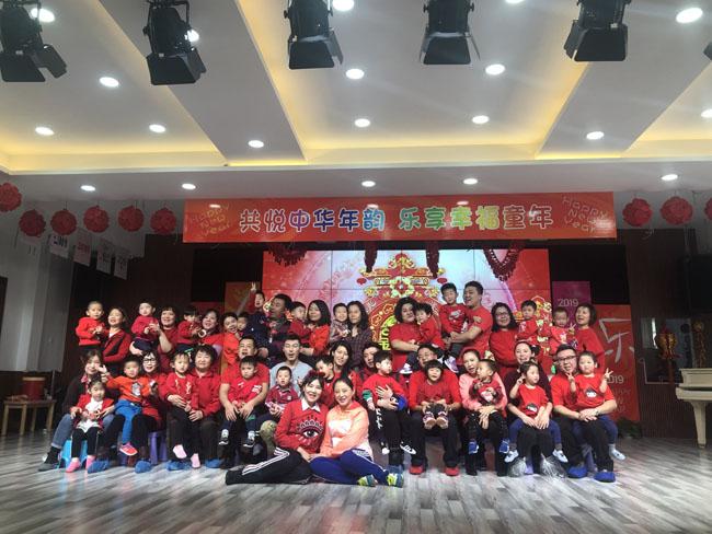 近日,市委机关幼儿园开展了共悦中华年韵 乐享幸福童年亲子联欢活动。孩子、家长、老师相聚一堂,节目表演和亲子游戏穿插,轻歌秒舞与欢声笑语交织,为联欢活动增添了色彩和欢乐。